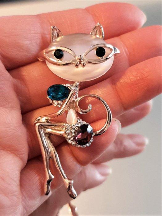 Изящна изработена брошка котка 8 на 3 см с бяло котешко око, цветни кристали и златно покритие - B1183