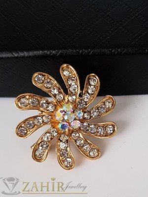 Малка семпла брошка кристално цвете с размери 2,5 на 2,5 см, златно покритие, бели кристали - B1193