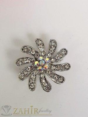Малка семпла брошка кристално цвете с размери 2,5 на 2,5 см, сребърно покритие, бели кристали - B1194