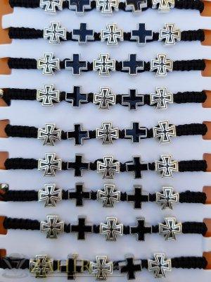 5 метални кръстчета в сребристо и черно на плетена гривна с регулираща се дължина - G2049