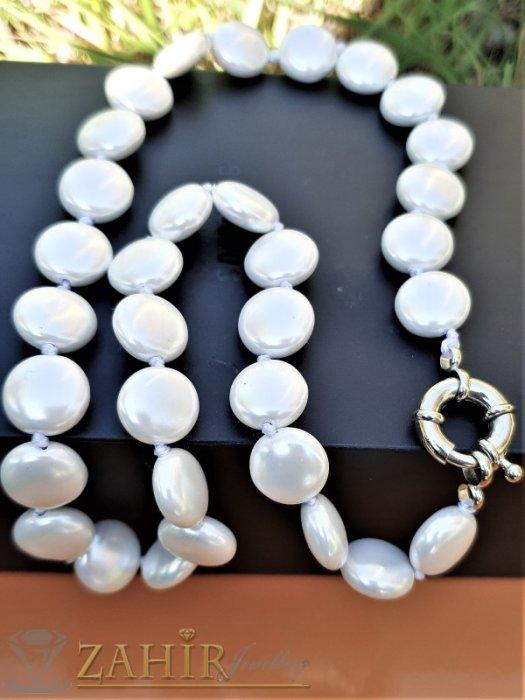Искряща бяла огърлица 47 см с плоски 1,2 см перли Майорка, ефектна закопчалка - K1920