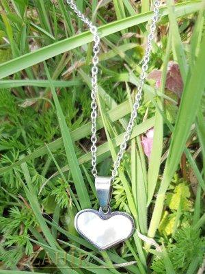Нежно сърце от бял седеф 1,6 см, основа стомана, на класически стоманен синджир 44 см - K1923