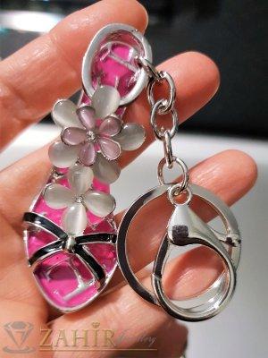 Изтънчена дамска обувка аксесоар с бели цветя от опал и розова основа на стоманен ключодържател 13 см - KL1084