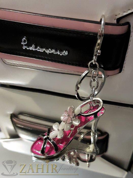 Аксесоари за коса - Изтънчена дамска обувка аксесоар с бели цветя от опал и розова основа на стоманен ключодържател 13 см - KL1084