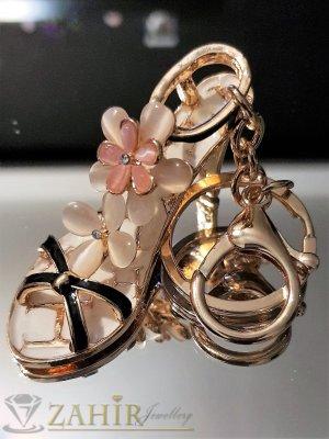 Изтънчена дамска обувка аксесоар с бели цветя от опал и бяла основа на позлатен ключодържател 13 см - KL1085