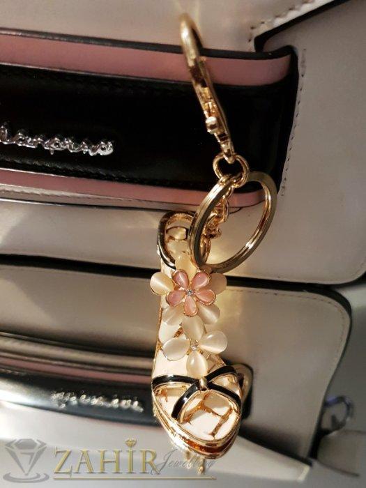 Аксесоари за коса - Изтънчена дамска обувка аксесоар с бели цветя от опал и бяла основа на позлатен ключодържател 13 см - KL1085