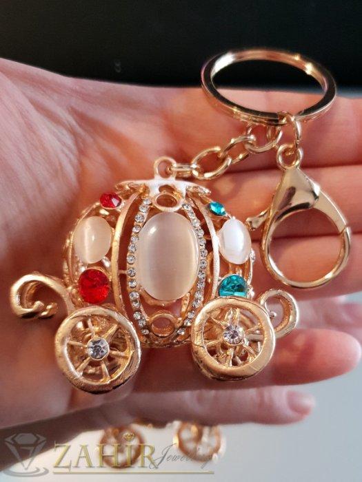 Аксесоари за коса - Разкошна позлатена каляска с бели опали и цветни кристали, движещи се колела на ключодържател 12 см - KL1087
