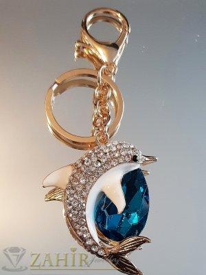 Изящен кристален делфин талисман с бели перки и голям тюркоазен кристал на позлатен ключодържател 12 см - KL1089