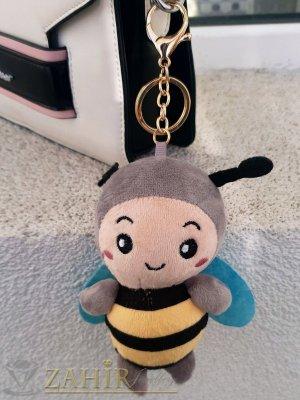 Сива пухкава сладка велурена пчела ключодържател 13 на 5 см , златисти детайли, аксесоар за чанта или раница - KL1106