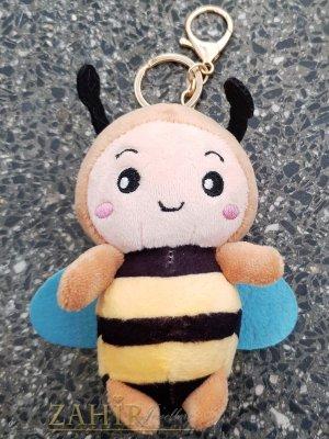 Бежова пухкава сладка велурена пчела ключодържател 13 на 5 см , златисти детайли, аксесоар за чанта или раница - KL1108