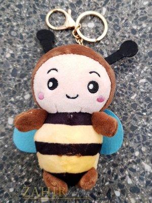 Кафява пухкава сладка велурена пчела ключодържател 13 на 5 см , златисти детайли, аксесоар за чанта или раница - KL1111