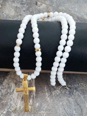 Свежо бяло колие 65+5 см от бял ахат мат с висулка позлатен стоманен кръст с молитва 6 см - MK1362