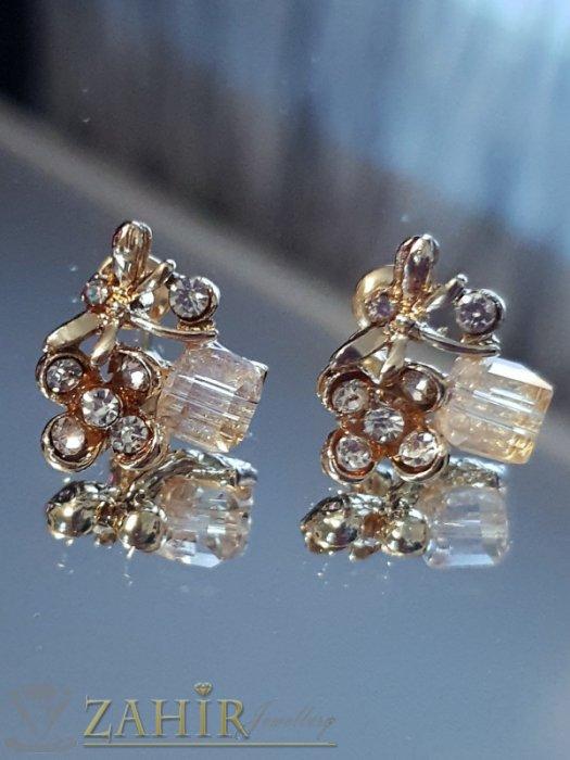 Много нежни обеци цветя 1,5 см с бели кристали и кубче хамелеон, златно покритие, на винт - O2585