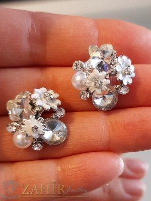 Бели цветчета, прозрачни кристали и перла на обеци, сребърно покритие, на винт - O2588