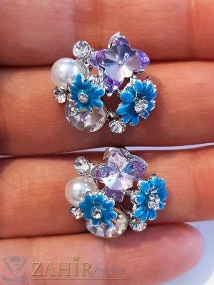 Сини цветчета, бели кристали и перла на обеци, сребърно покритие, на винт - O2590