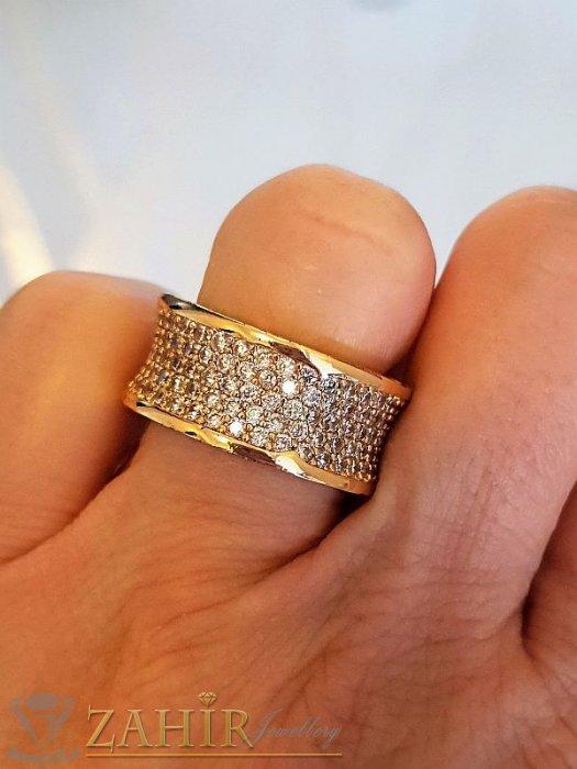 Супер модел кристална халка широка 1 см с бели ковани кристали и златно покритие - P1514