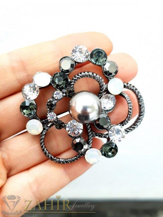 Великолепна изработка от бели, черни и хамелеон кристали с графитена перла на брошка цвете с размери 5 на 5 см - B1226