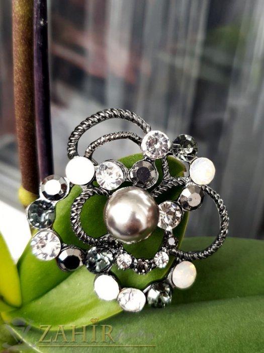 Дамски бижута - Великолепна изработка от бели, черни и хамелеон кристали с графитена перла на брошка цвете с размери 5 на 5 см - B1226