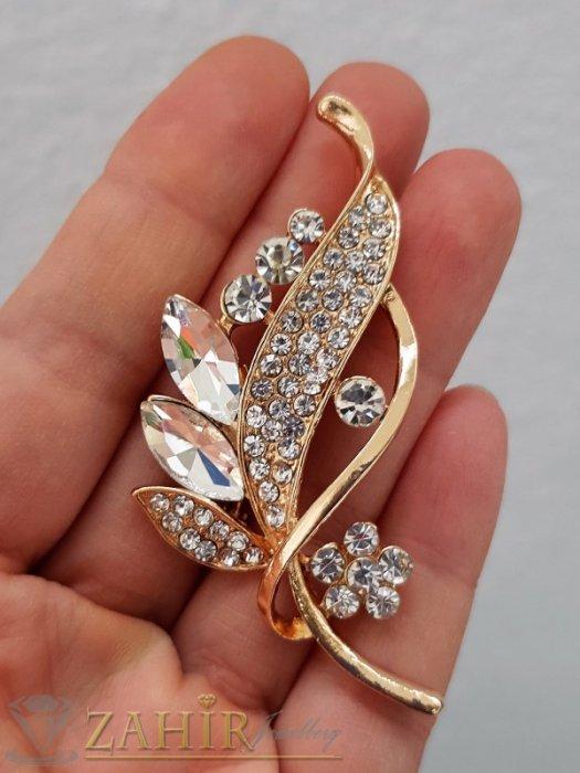 Блестящи бели кристали на изящно изработена златиста брошка цвете с листенца, размери 7 на 2 см, класически модел - B1232