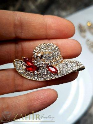 Кристална златиста шапка брошка с размери 5 на 2,5 см с нежни бели кристалчета и 3 червени - B1240