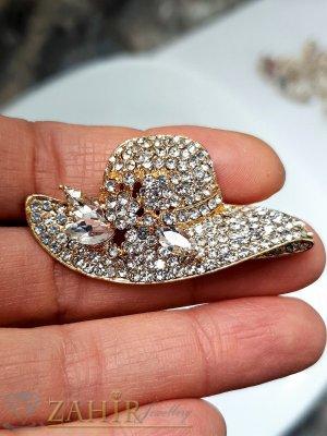 Кристална златиста шапка брошка с размери 5 на 2,5 см с нежни бели кристалчета и 3 големи бели - B1241