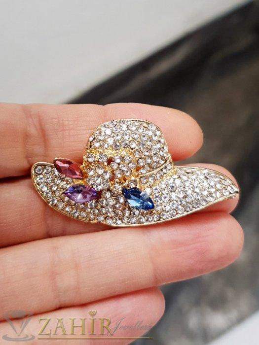 Дамски бижута - Кристална златиста шапка брошка с размери 5 на 2,5 см с нежни бели кристалчета и 3 големи розово-сини - B1242