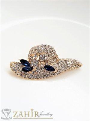 Кристална златиста шапка брошка с размери 5 на 2,5 см с нежни бели кристалчета и 3 големи сини - B1244