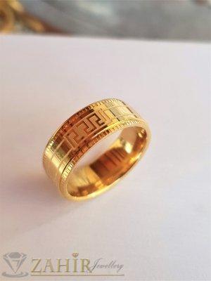 Стилна класическа гравирана стоманена  халка, широка 0,8 см, златно покритие - P1520