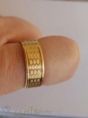 Елегантна класическа гравирана стоманена  халка, широка 0,8 см, златно покритие - P1522