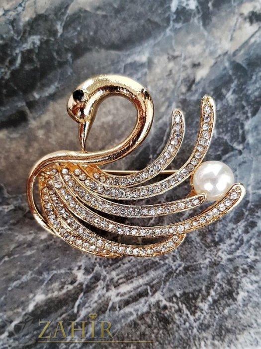 Дамски бижута - Изящна брошка лебед с бели кристали и перла ,златно покритие, широка 4 см, дълга 4,5 см- B1058