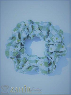 ХИТ  ластик за коса с цвят небесно синьо и бели маргаритки,  диаметър 9 см, бързосъхнещ, носи се на опашка или за гривна - L1136