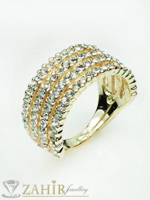 Нежни дъги от бели кристали на изтънчен пръстен със златно покритие - P1348